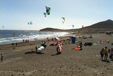 Herida tras quedar enganchada en la cuerda de un 'kitesurf' en la Playa de Leocadio Machado