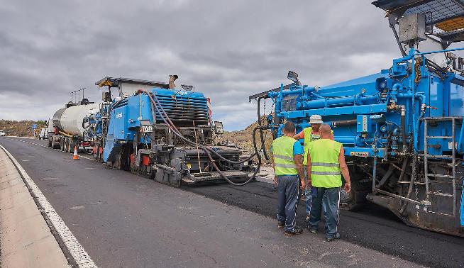 Las obras de rehabilitación del firme de la carretera a Vilaflor y el encauzamiento de la calle Mirador en San Isidro, adjudicadas por el Cabildo