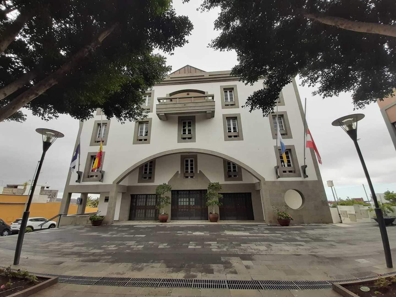 Banderas a media asta en el Ayuntamiento de Granadilla de Abona en ...