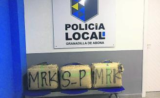 Tres de los fardos intervenidos, en la Jefatura de la Policía Local de Granadilla de Abona.