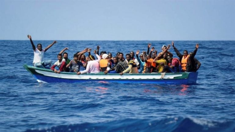 Resultado de imagen de patera con inmigrantes